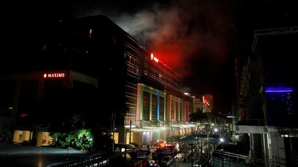Explosión en un complejo de lujo en Manila.Familiares de las víctimas del asalto en el complejo hotelero de Manila