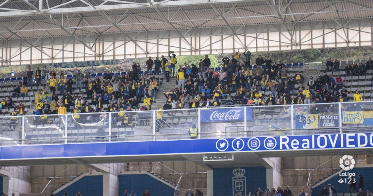 Afición de la UD Las Palmas en el Carlos Tartiere