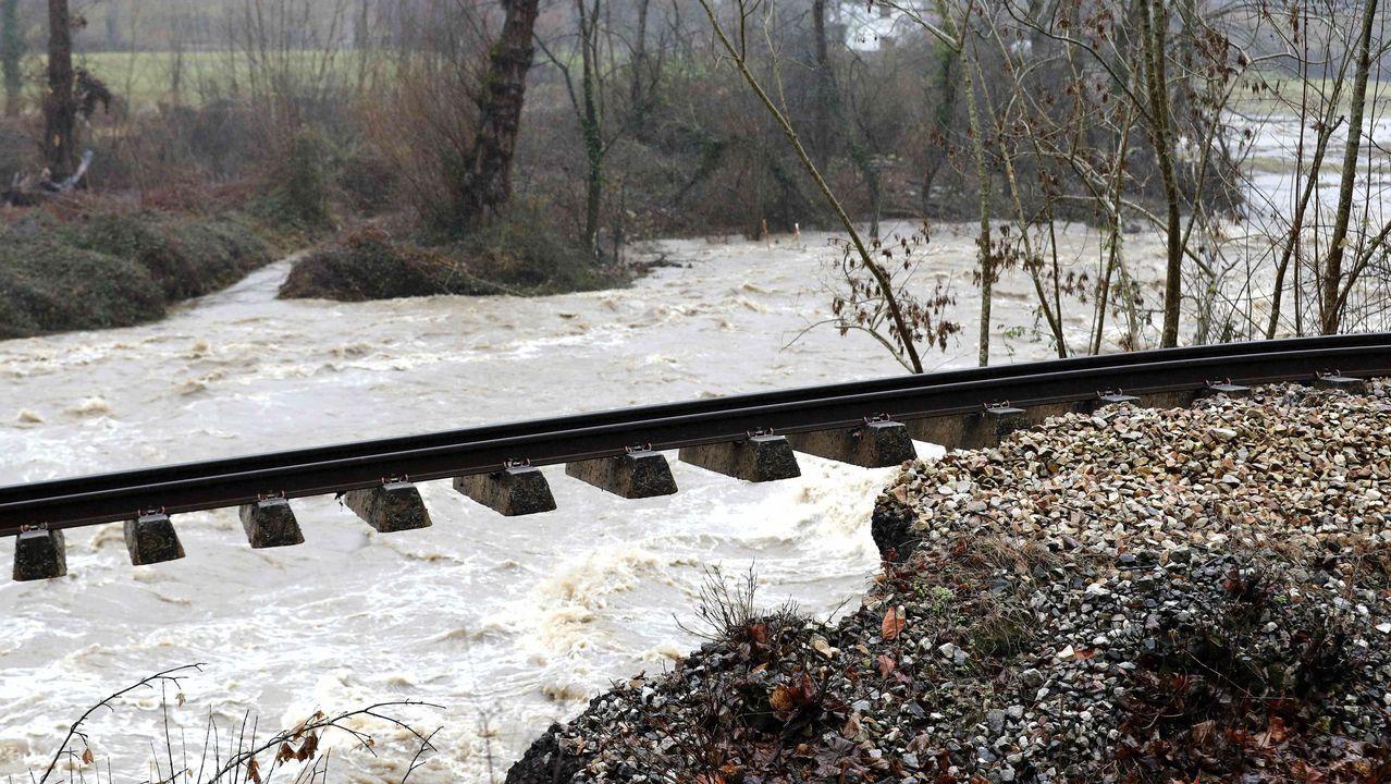 Aspecto que presenta la vía de tren a su paso por Serrapio-Cabañaquinta, en el concejo de Aller, a causa del temporal de lluvias registrado en los últimos días en Asturias y que llevó a Adif a suspender el servicio de ancho métrico