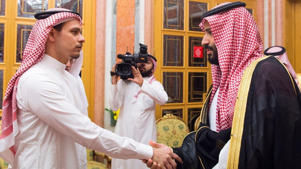 El príncipe heredero de Arabia Saudí, Mohamed bin Salman (derecha), recibe a Salah bin Jamal Khashoggi, uno de los hijos del periodista asesinado en Estambul