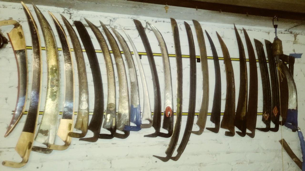 Colección de guadañas de Alfonso Díaz en la que incluye una para zurdos. Son de distintos estilos pero las que usa ahí son de estilo europeo o austriacas, que es dónde se fabrican la mayoría
