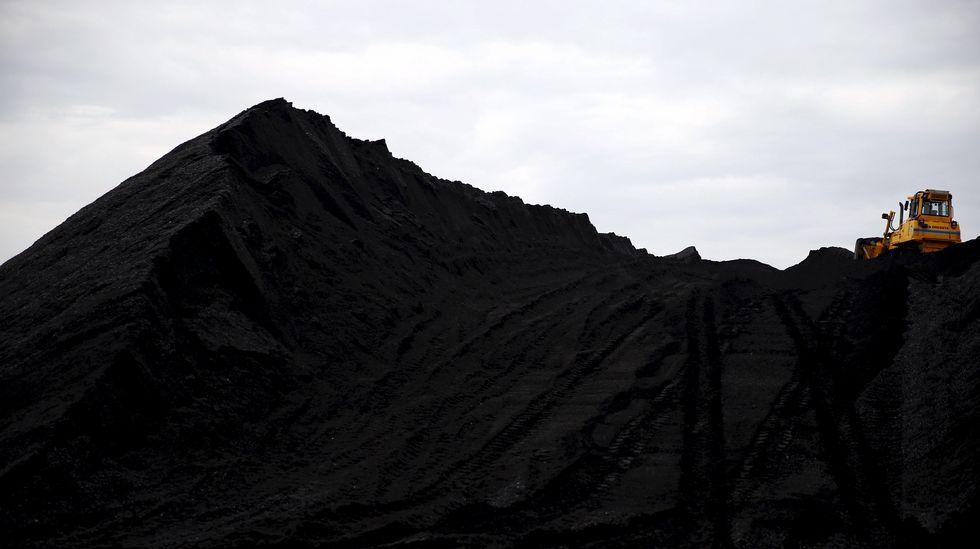 Varias máquinas trabajando en una mina de carbón en Polonia