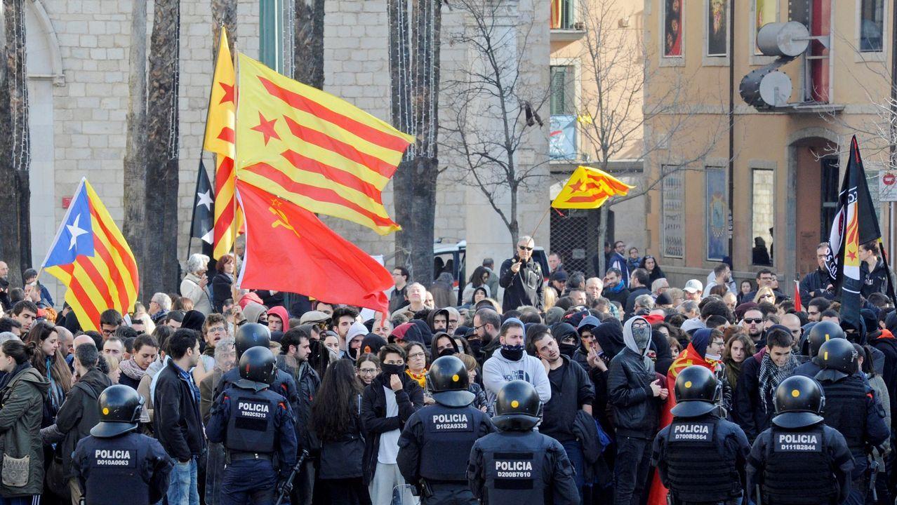Los Mossos cargan contra los CDR que trataban de impedir un acto de Vox.Toni Comín