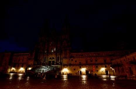 Un día de 25 horas ¿por qué?.La catedral y la plaza del Obradoiro a oscuras por la «hora del planeta» del 2011.