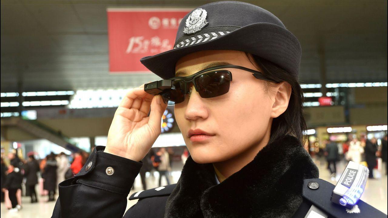 Agente de policia de Zhengzhou con unas gadas con reconocimiento facial