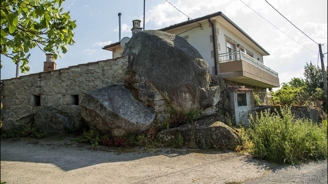 Varias casas de la localidad de Pedras, donde se descubrió en el 2008 el único yacimiento paleolítico que se conoce hasta ahora en O Saviñao, están construidas sobre bloques de granito