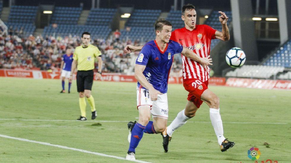 Hidi pugna un balón con Caballero en el Almería-Oviedo