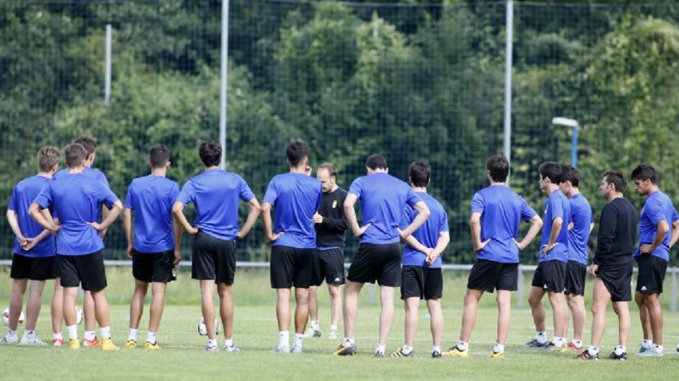 Luis Arturo dirige un entrenamiento del Real Oviedo B