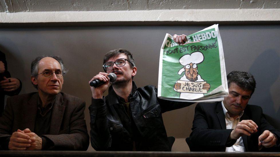 El redactor jefe de del semanario satírico francés «Charlie Hebdo», Gerard Biard (i) el caricaturista Luz (c) y el periodista Patrick Pelloux (d) durante la presentación de la revista pocos días después del atentado
