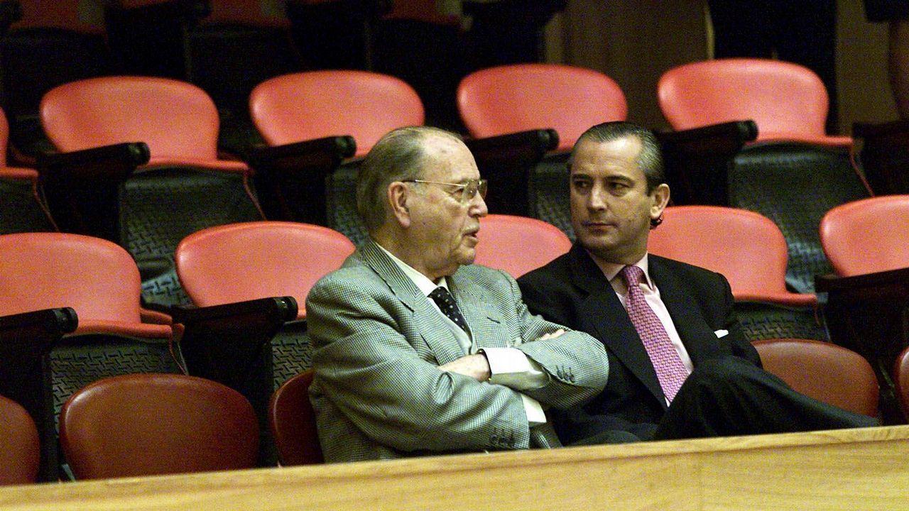 .El expresidente de la Xunta Gerardo Fernández Albor y el delegado del Gobierno en Galicia Arsenio Fernández de Mesa en el parlamento gallego durante una sesión de debate sobre el estado de la autonomía