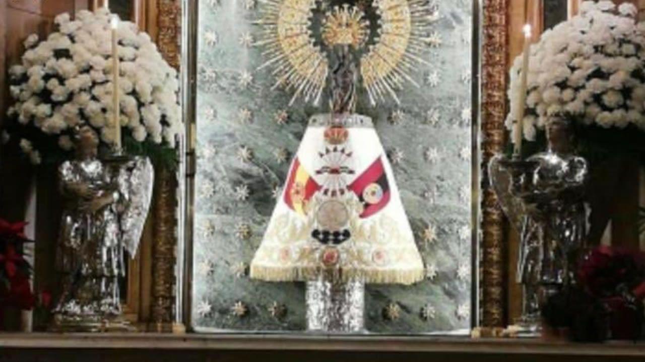 Bandera falangista en la estatua de la Virgen del Pilar de Zaragoza