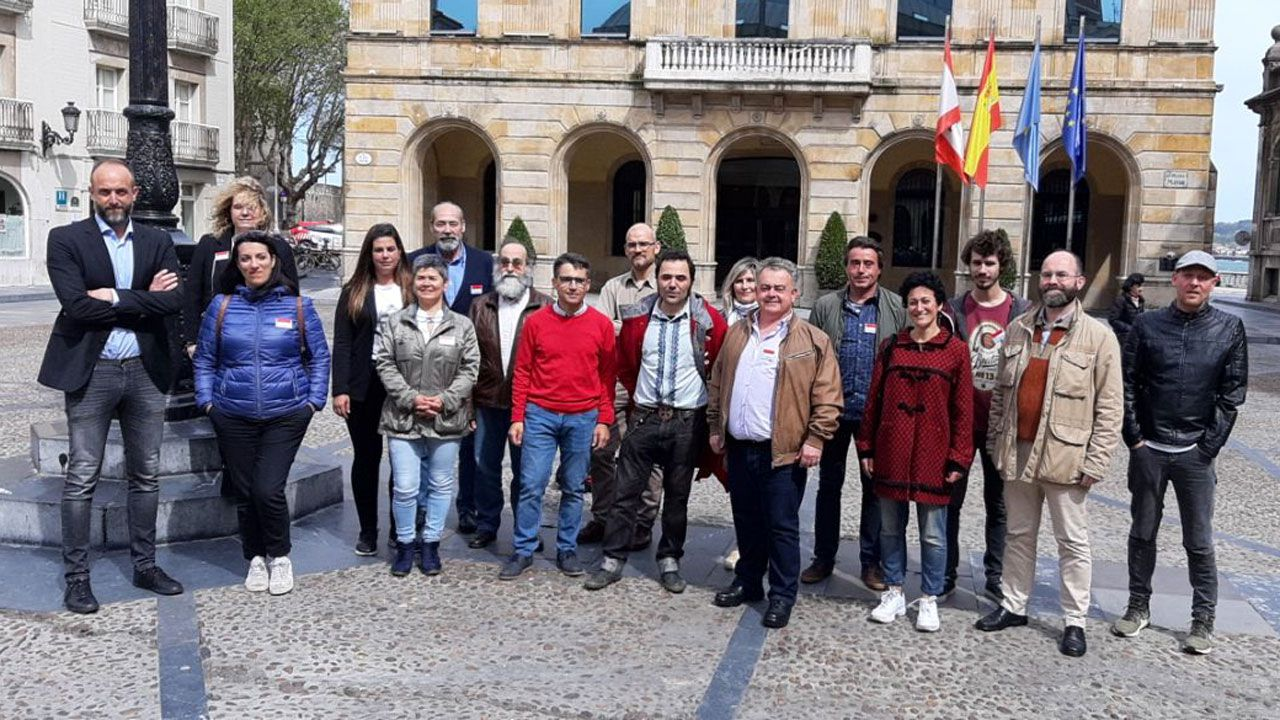 avión air nostrum.La candidatura de Por Gijón, ante la Casa Consistorial gijonesa