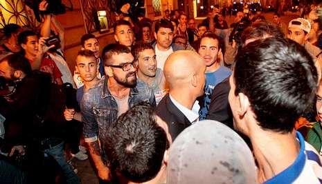 La noche en que el Deportivo evitó el descenso a Segunda B.En el centro de la imagen, el presidente de la AFE, increpado por aficionados del Deportivo.