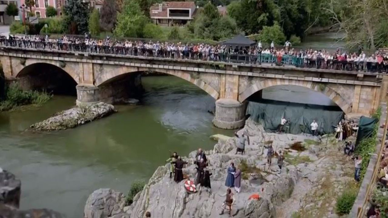 Proclamación del Rey Pelayo, la recreación rodeada de gente en Cangas de Onís