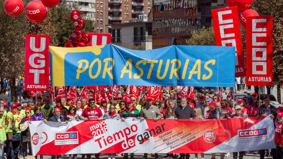 La manifestación del 1 de Mayo en Mieres en imágenes.Vista de la manifestación convocada por CCOO y UGT de Asturias en Langreo (Asturias), con motivo del Día Internacional del Trabajo bajo el lema  Tiempo de ganar: igualdad, mejor empleo, mayores salarios, pensiones dignas