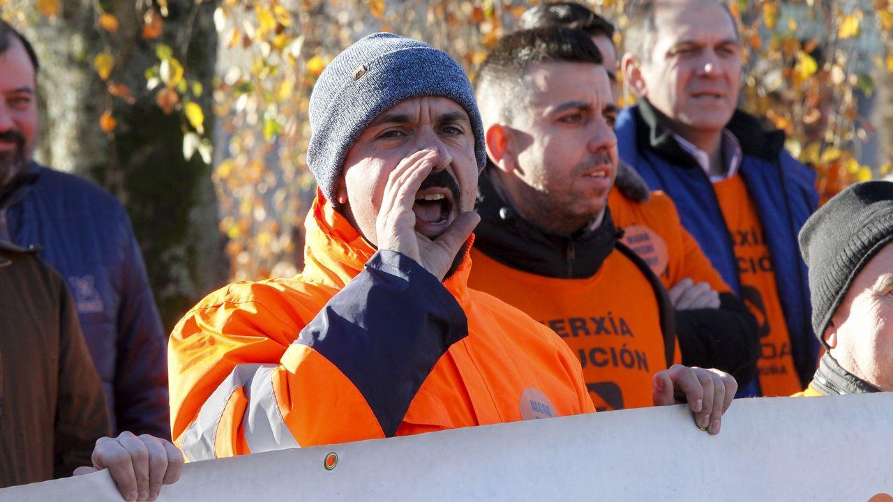 Concentración de los trabajadores de Alcoa ante el Ministerio de Industria.Primeros manifestantes concentrados en La Castellana