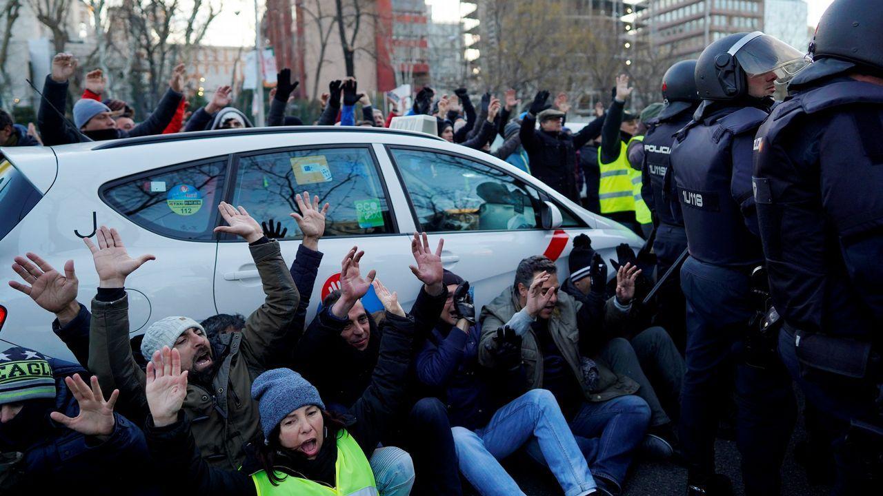 Mayores y peregrinos alejan al taxi de la amenaza de las VTC.Vista del exterior de la T4 del aeropuerto de Madrid-Barajas Adolfo Suárez, donde los taxistas de Madrid han acudido a votar si seguían o no con la huelga