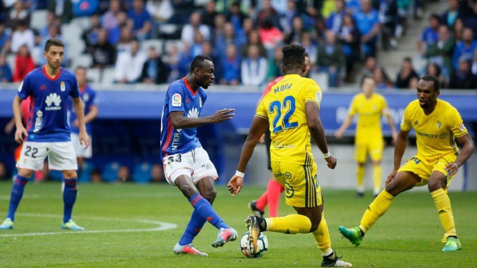 Yeboah Horizontal.Owusu da un pase en el partido frente al Cadiz