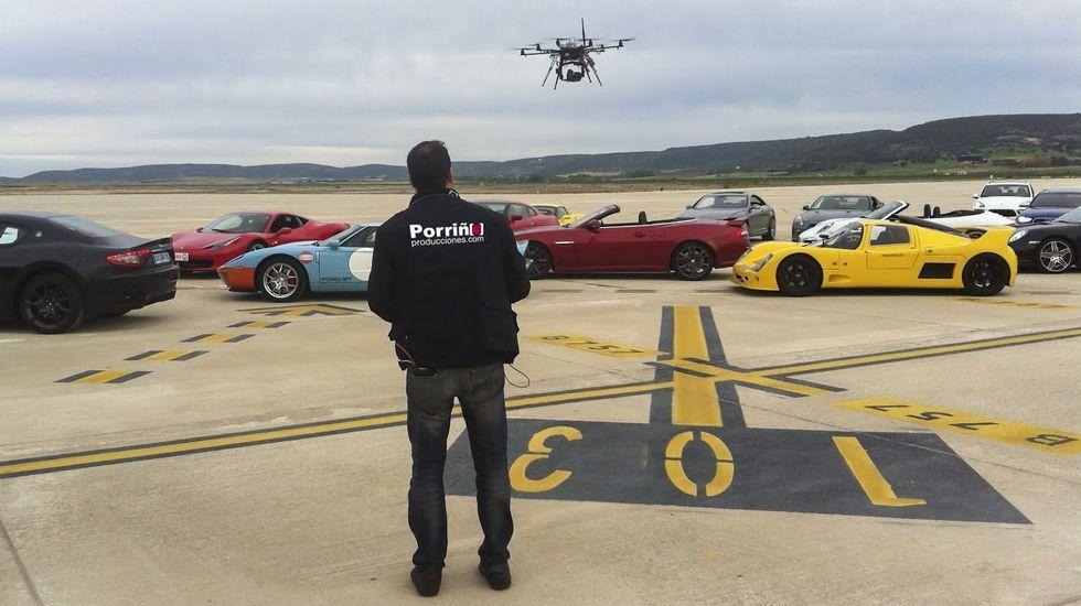 Un piloto de Porriño Producciones ensaya con uno de los cuatro drones de su flota