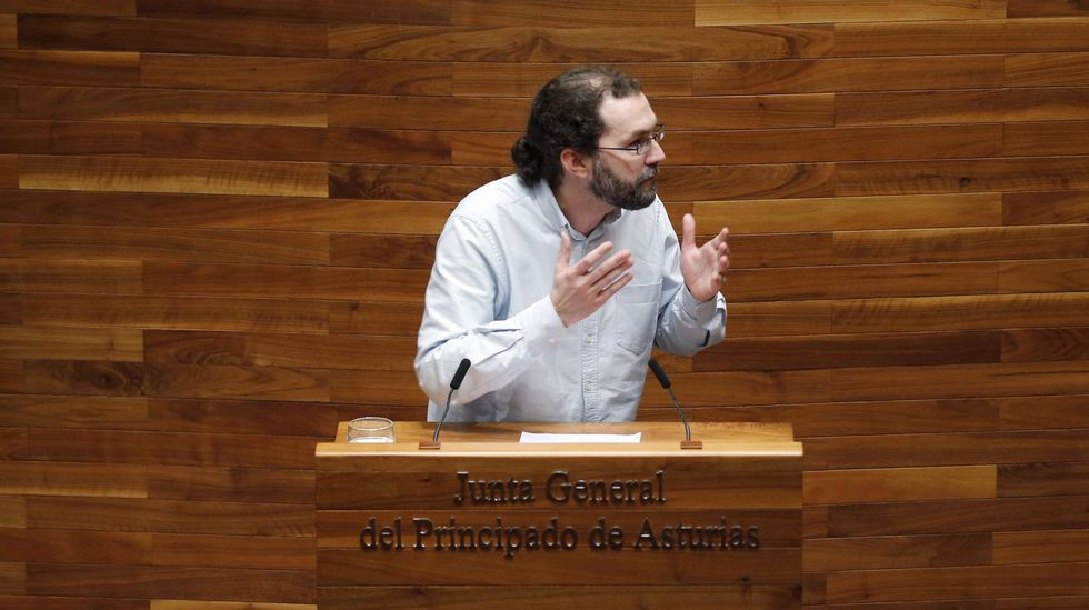 El portavoz de Podemos, Emilio León, interviene en la Junta General ante la mirada de Javier Fernández y Guillermo Martínez.El portavoz de Podemos en la Junta General, Emilio León, durante su intervención en la segunda jornada del debate de orientación política general que se celebra en la Junta General del Principado.