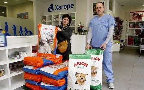 El gerente de Xarope, Gerardo Méndez, entregó a Araceli Vila 180 kilos de pienso para perros.