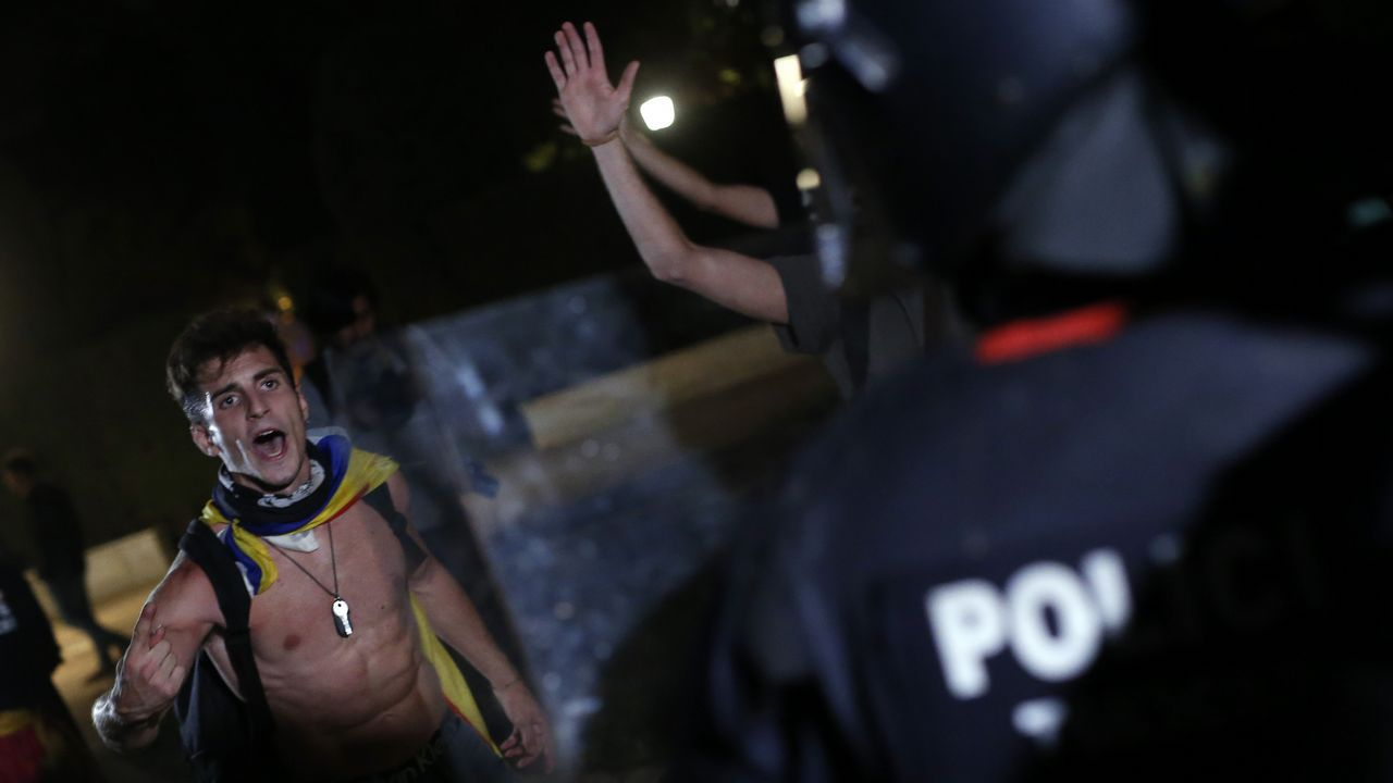 Quim Torra: «O se pacta una propuesta de autodeterminación o no podemos garantizar la estabilidad de Sánchez en el Congreso».Los cerca de 5.000 «mossos» que se manifestaron por el centro de Barcelona se cruzaron aplausos con sus compañeros de la jefatura de la Policía Nacional