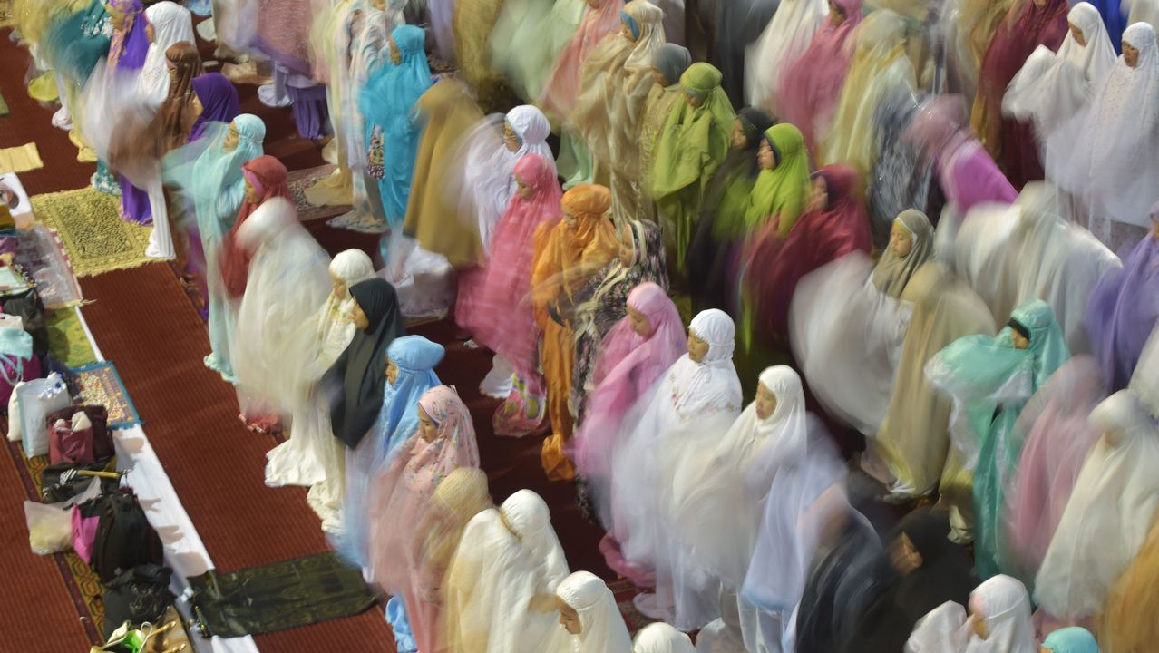 Un grupo de musulmanes indonesios reza durante la primera noche del ramadán en la mezquita de Jakarta