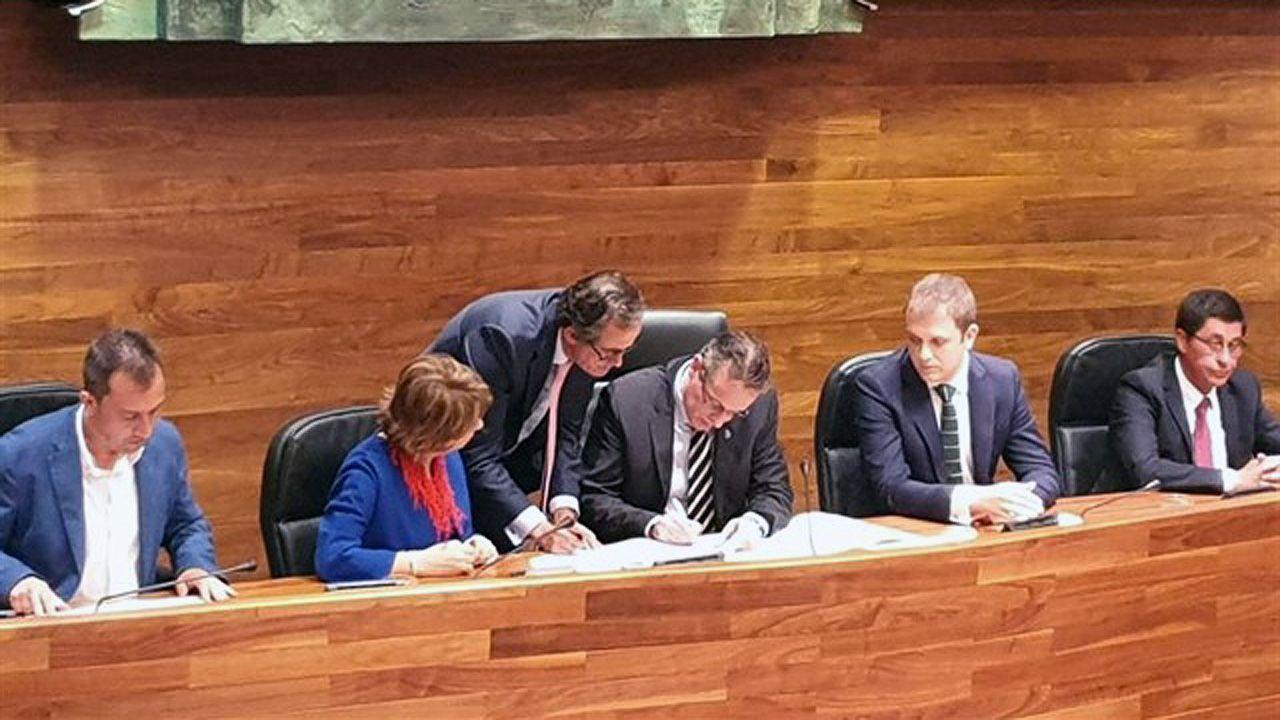 Ciudadanos oviedo.Marcelino Marcos Líndez firma su cargo como nuevo presidente de la Junta General del Principado