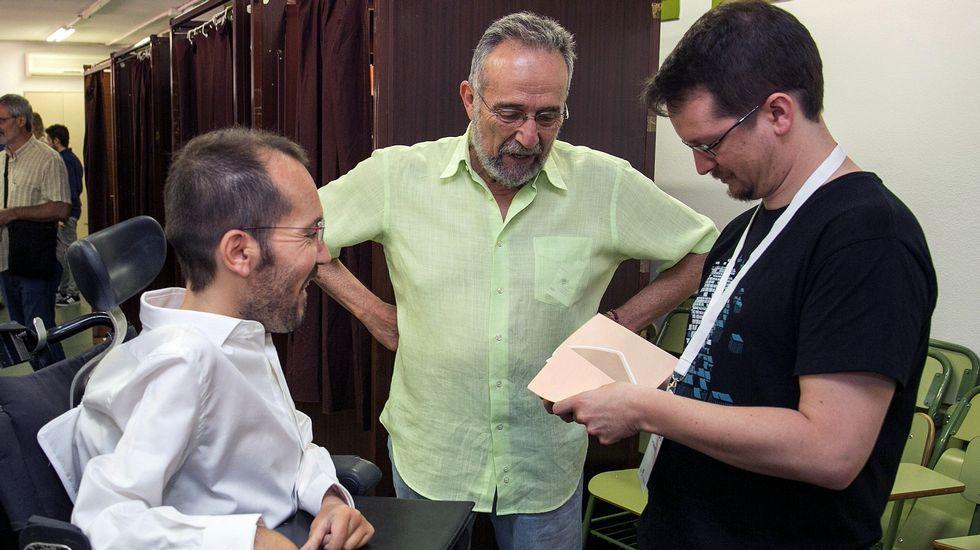 .Un apoderado de Unidos Podemos prepara las papeletas con el voto del secretario de Organización de Podemos, Pablo Echenique, en presencia del cabeza de lista al Congreso por Zaragoza, Pedro Arrojo.