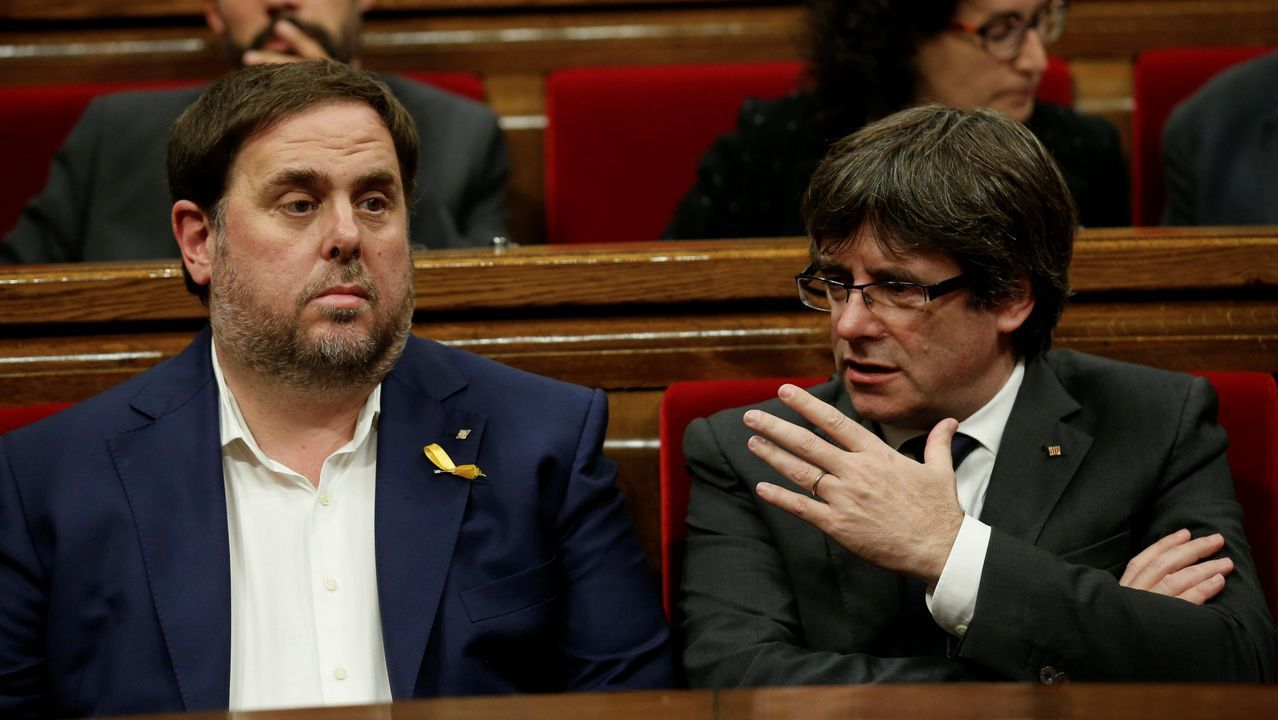 Los candidatos de las elecciones de septiembre del 2015: Albio, Romeva, Espadaler, Rabell, Baños, Arrimadas e Iceta, en la escalinata del Parlament el día de reflexión