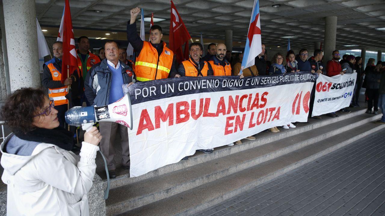Canción dedicada a la gerente en la protesta de Urgencias del CHUS.Miriam Álvarez, Jorge Aboal, José María Prieto, Jorge Mauriño y Jacobo Caruncho