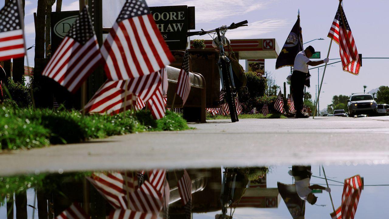 .El miembro de la guardia de honor y veterano de la Guerra de Vietnam, David Carrasco, ante el monumento improvisado frente a la funeraria donde descansa el cuerpo del senador estadounidense fallecido John McCain en Phoenix, Arizona