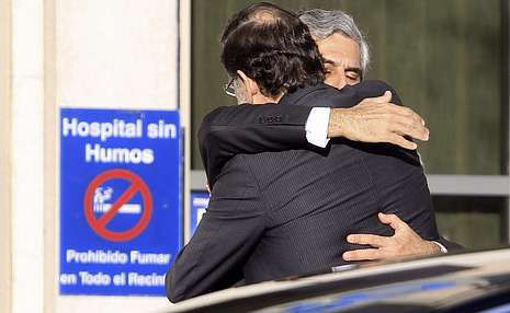 El presidente del Gobierno muestra sus condolencias al hijo de Adolfo Suárez a          las puertas de la clínica Cemtro, por donde pasaron numerosos dirigentes políticos.