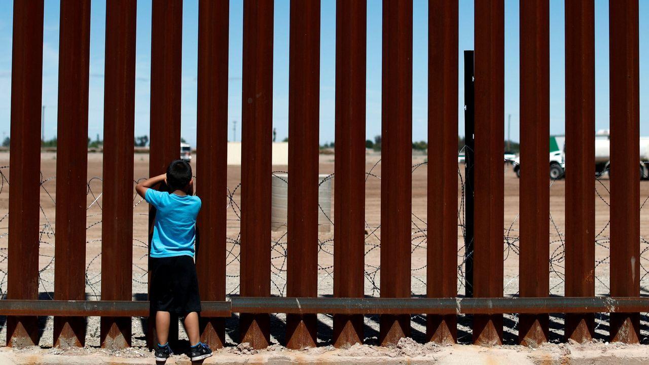 La visita de Trump a la capital británica, en imágenes.Un niño mexicano mira a través del muro que separa a su país de Estados Unidos en Calexico (California)