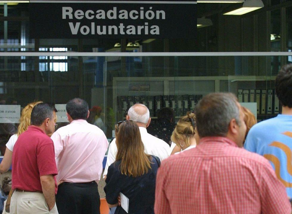 Ciudadanos haciendo cola para pagar tributos municipales.