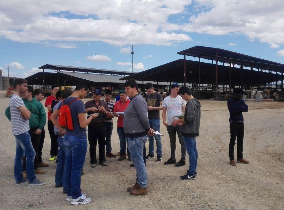Un ourensano, multado por conducción temeraria en Teruel.La delegación de estudiantes de Fonteboa, en la Granja San José, en el municipio de Tamarite de Litera.