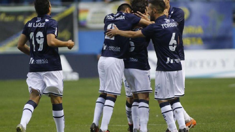 Los jugadores del Alcorcón celebran un gol frente al Cádiz