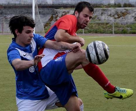 .El ceense Berto se anticipa a un jugador del Malpica en el campo A Pedra Queimada.