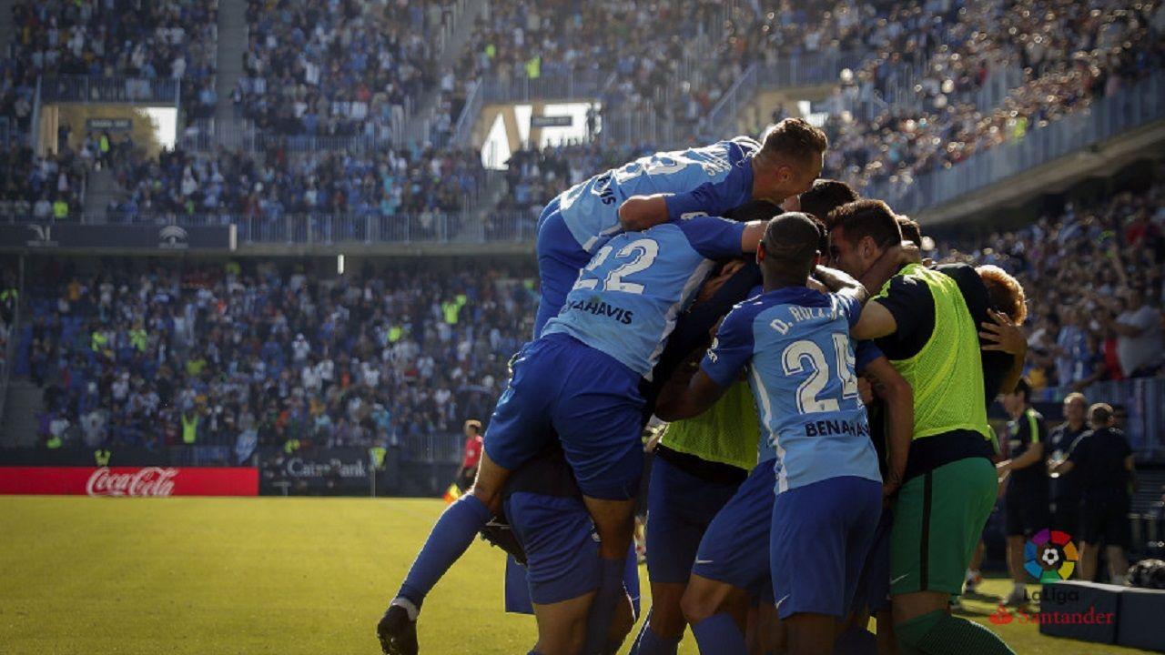 .Los jugadores del Málagra celebran un gol en La Rosaleda
