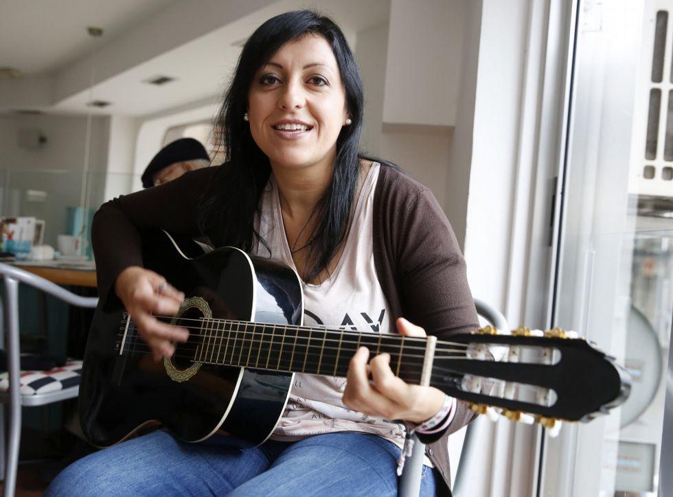 Vanesa Santiago, en una cafetería del centro de Marín, interpretando «Donantes de vida».
