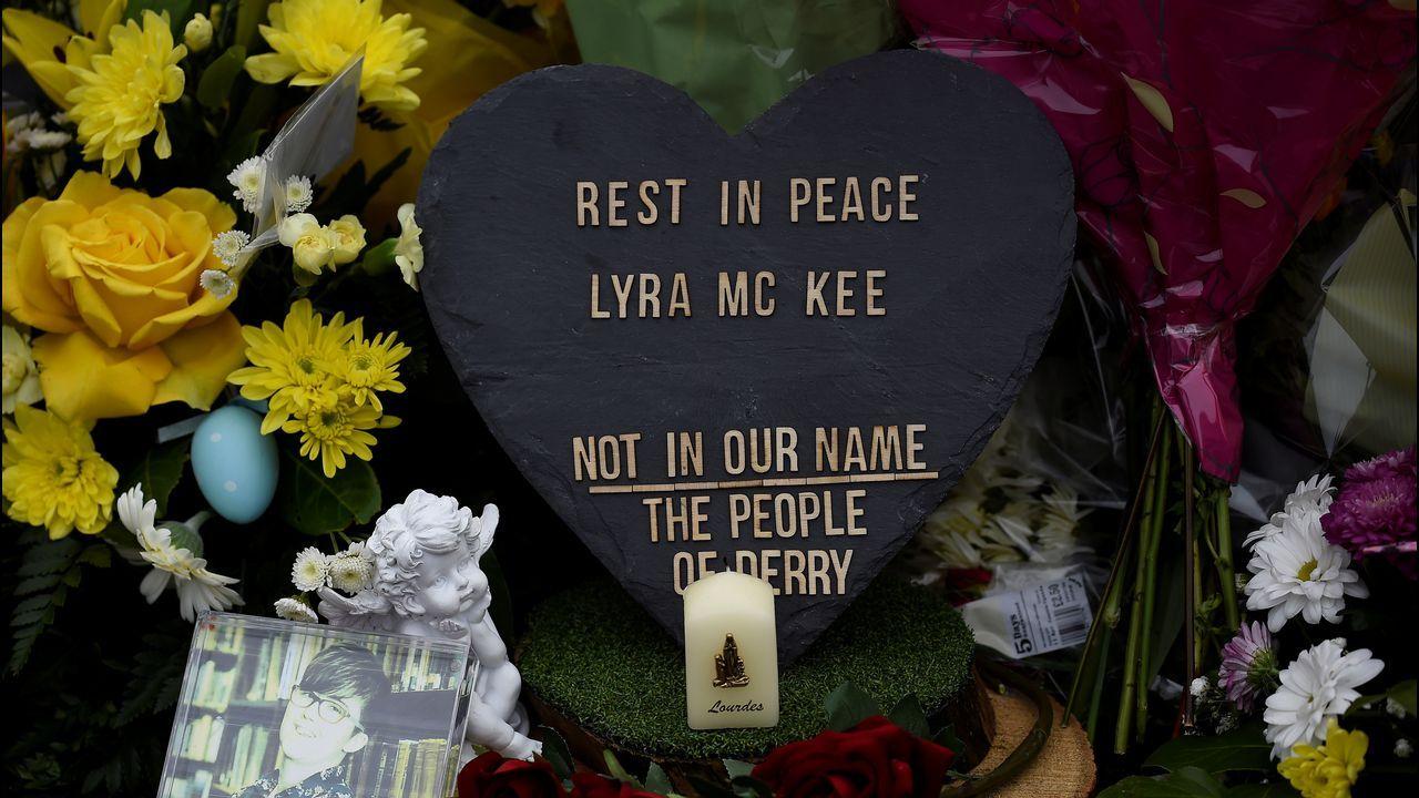 Consternación en Irlanda del Norte. Flores en el lugar donde fue asesinada la periodista Lyra McKee, en el primer crimen terrorista que se cobra la vida de una reportera en el Reino Unido desde el 2001