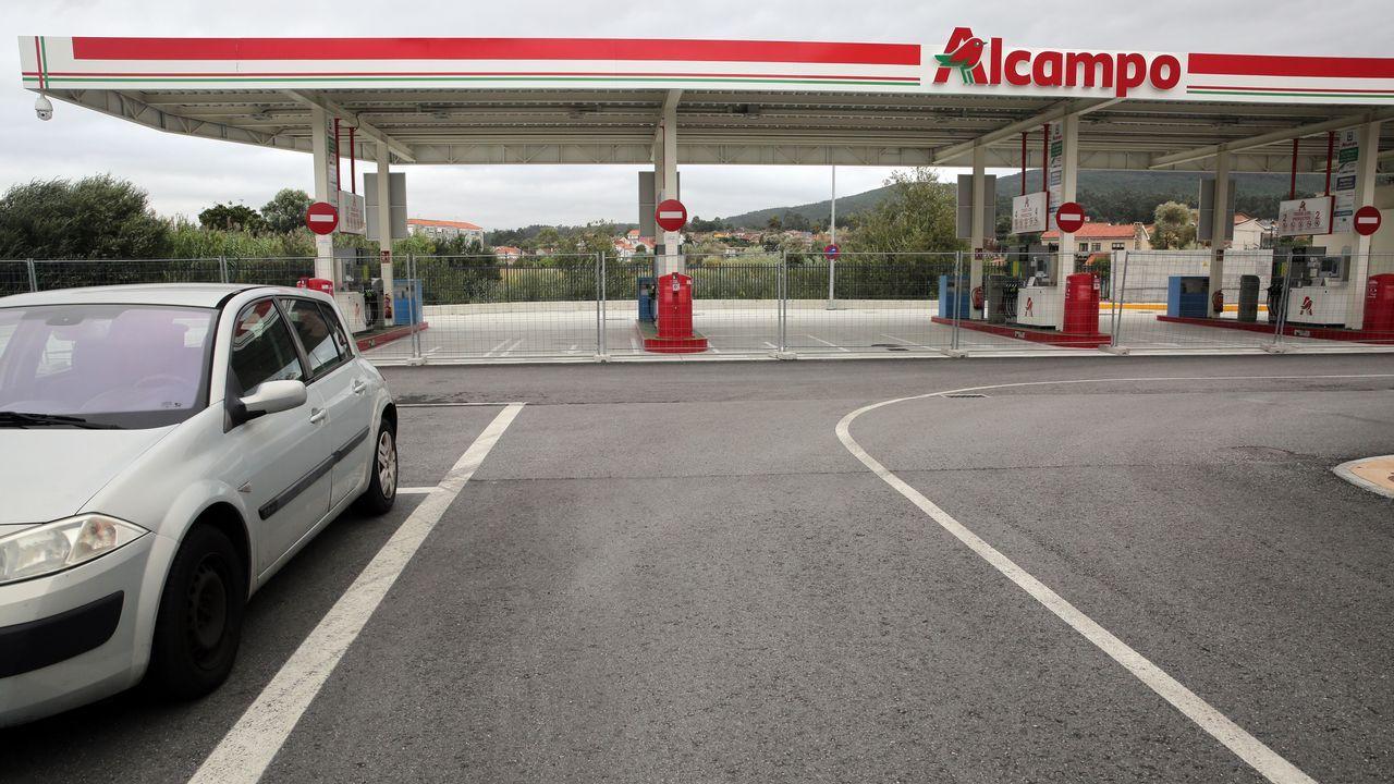 gasolinera, repostar, gasolina, estación de servicio.Protesta de los chalecos amarillos en París