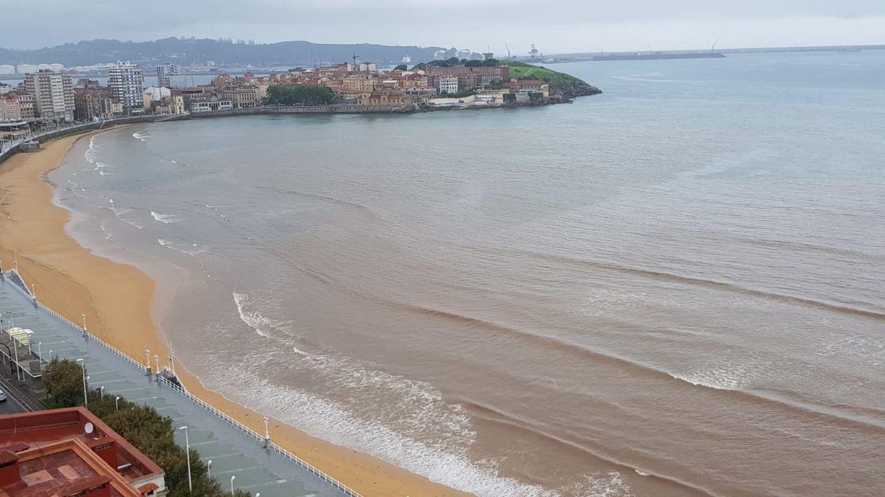 .La playa de San Lorenzo, con las manchas