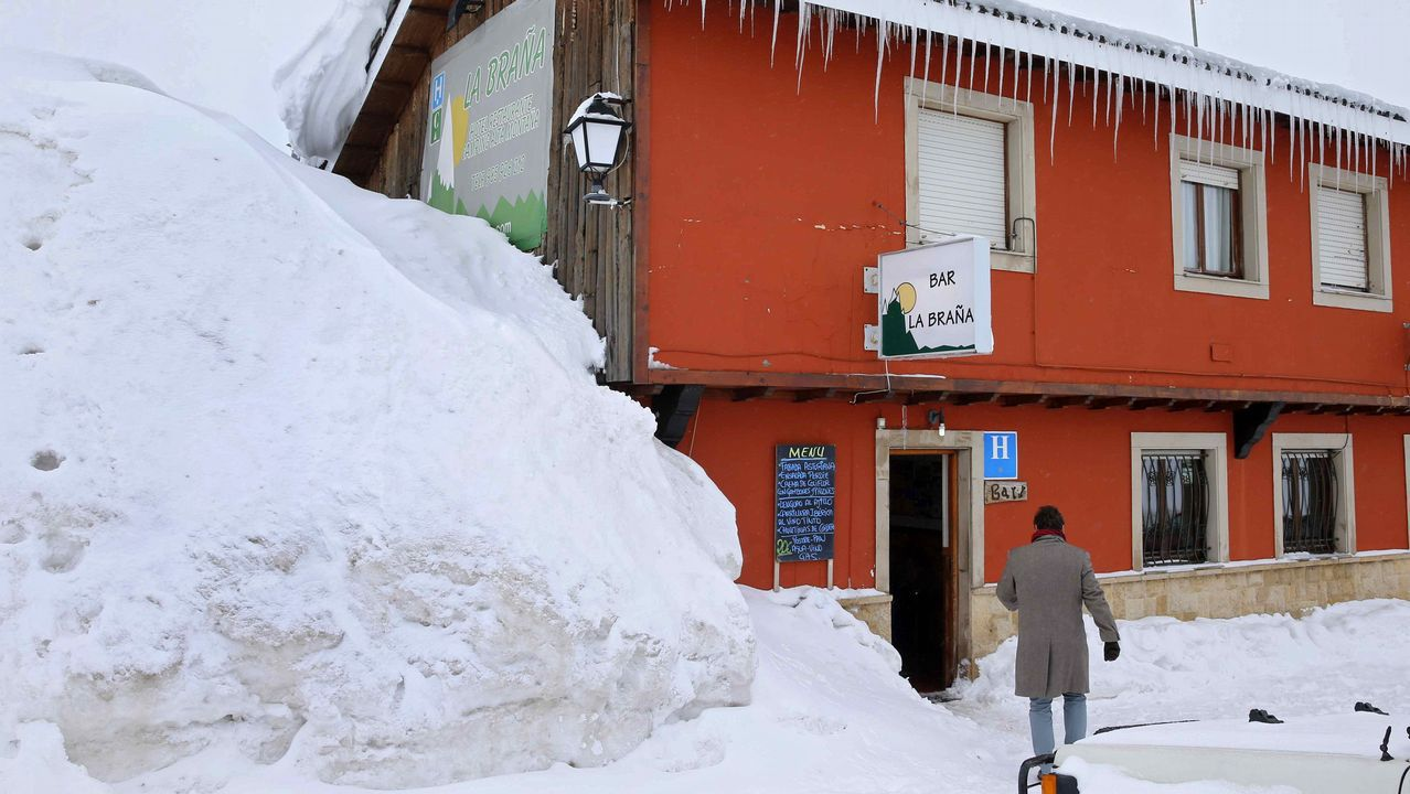 Establecimientos del puerto asturiano de San Isidro bajo la nieve