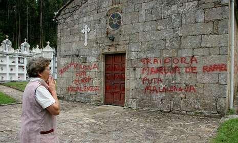 Una vecina de Fervenzas, compungida ante las pintadas de la iglesia.
