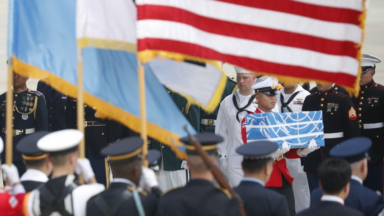 .Soldados estadounidenses con las cajas que contienen los restos de los soldados