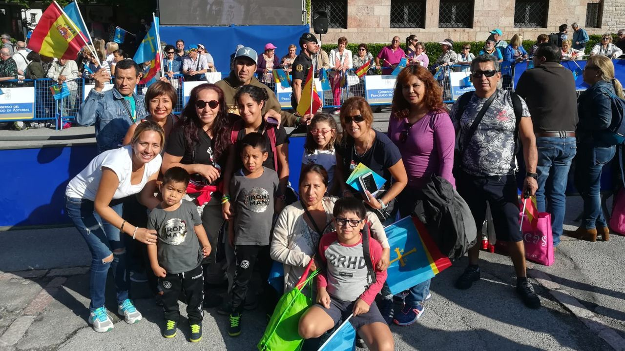 .Grupo de peruanos de la hermandad señor de los Milagros, de Castellón