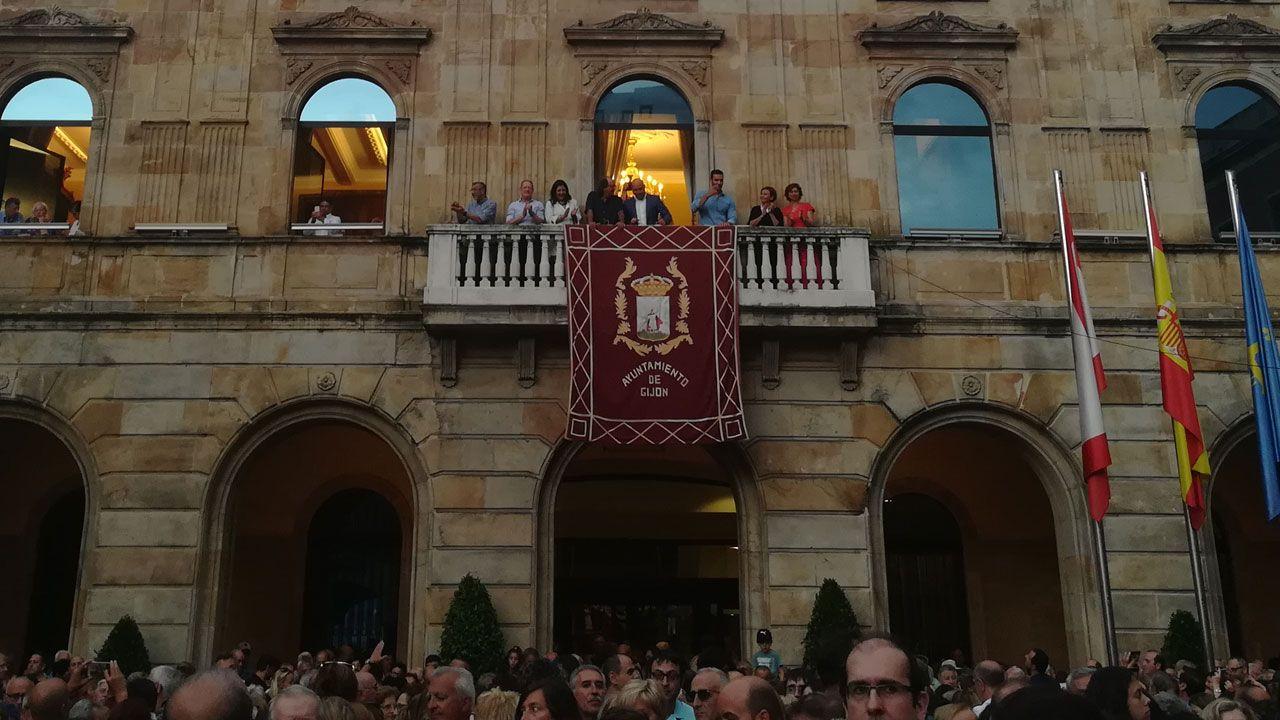 .Saúl Craviotto, junto a parte de la Corporación, en el balcón del ayuntamiento de Gijón