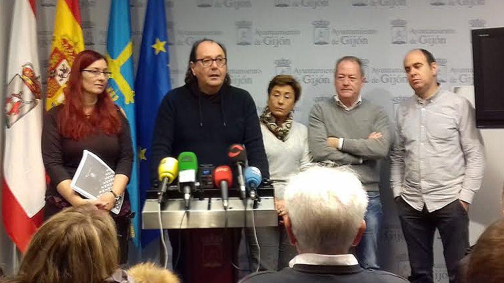 Representantes de XsP, IU y la Unión de Comerciantes de Gijón