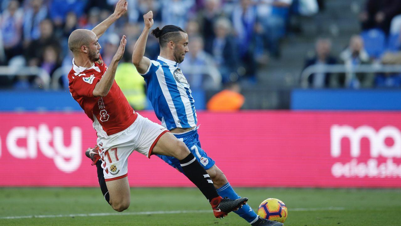 Las mejores imágenes del Deportivo - Las Palmas.Un defensa del Nàstic bloquea el remate de Quique en el último partido en Riazor